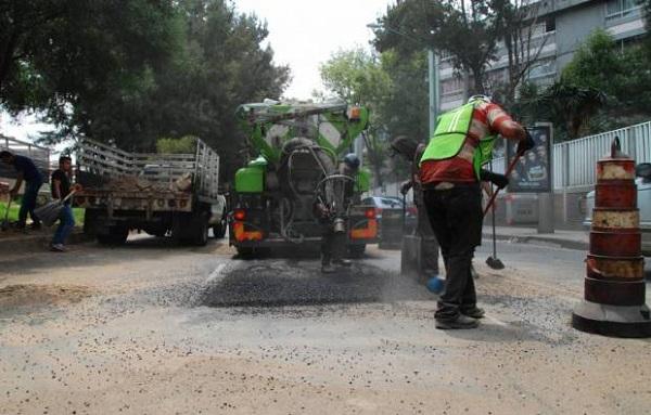 Los baches se arreglan con asfalto a presión, que hace el trabajo más rápido. FOTO: ALFREDO BOC/MXM