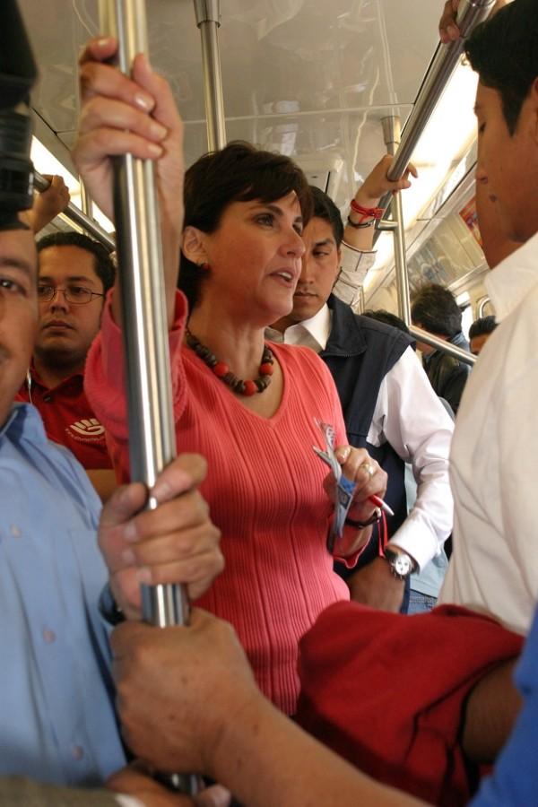 MéXICO, D.F. 06FEBRERO2006.- Patricia Mercado, canidata del Partido Alternativa Socialdemocrata y Campesina durante su recorrido por el Sistema de transporte colectivo Metro. FOTO.Miriam Sˆnchez/CUARTOSCURO.COM