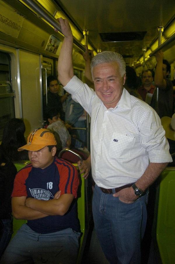 MEXICO, D.F. 12MARZO2006.- Demetrio Sodi de la Tijera , candidato a la jefatura de gobierno por el PAN durante su visita al Sistema Colectivo Metro como parte de su campa–a electoral. FOTO: Saœl Flores/CUARTOSCURO.COM