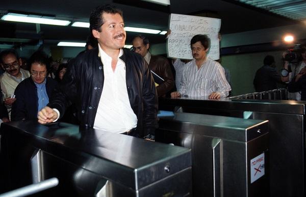 MŽxico, 1994.- Luis Donaldo Colosio, cumple de 10 a–os de haber sido ejecutado durante su campa–a como candidato del PRI a la presidencia, en Lomas Taurinas, Tijuana. En la imagen, Colosio aborda el metro de la ciudad de MŽxico como parte de su campa–a presidencial. FOTO:JosŽ Nu–ez/CUARTOSCURO.COM