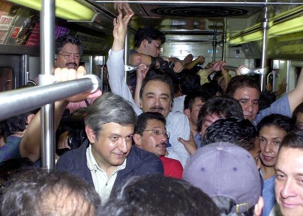 MEXDF10JUNIO2001: Andres Manuel Lopez Obrador, al termino de su acto, regreso a sus oficinas abordo del Sistema de Transporte Colectivo Metro. FOTO:Oswaldo Ram'rez/CUARTOSCURO.COM