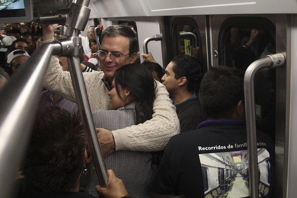 MÉXICO, D.F., 12MARZO2014.- Joel Ortega, Director del Sistema de Transporte Colectivo metro, anuncio el día de ayer, el cierre de 12 estaciones de la Línea 12 del Metro desde Culhuacan a Tlahuac, argumentando problemas en la construcción de la línea por lo cual se tendrán que realizar trabajos intensivos para su reparación. En la imagen del 17 de junio de 2012 durante la inauguración de los recorridos de familiarización de la línea 12 del Metro por parte del ex jefe de gobierno capitalino, Marcelo Ebrard Casaubon. FOTO: ENRIQUE ORDÓÑEZ /CUARTOSCURO.COM