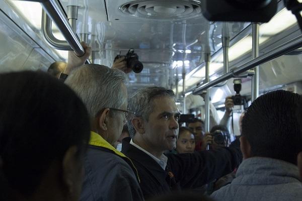 Miguel Ángel Mancera, jefe de Gobierno capitalino, durante el recorrido por la apertura de las estaciones de la LA cerradas por rehabilitación. (2015)