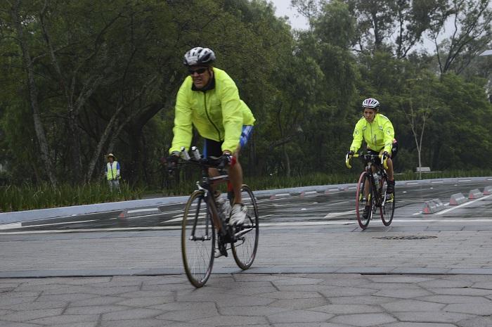 MÉXICO, D.F., 26SEPTIEMBRE2015.- Ciclistas y corredores disfrutaron de la reciente remodelació de la Segunda Sección del Bosque de Chapultepec cerca del Museo de Historia Natural.  FOTO: GALO CAÑAS /CUARTOSCURO.COM