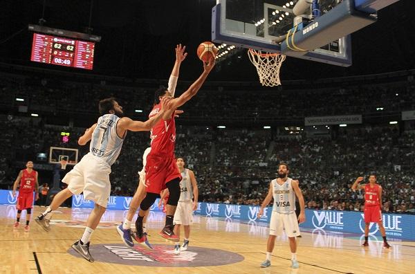 MÉXICO, D.F., 11SEPTIEMBRE2015.- La selección Mexicana de basquetbol se enfrentó a su similar de Argentina, en la semifinal del Preolímpico FIBA México 2015 en el Palacio de los Deportes. El equipo mexicano tuvo un último cuarto fatal y los celestes ganaron 78-70 y lograron la calificación a los olímpicos Brasil 2016. FOTO: ADOLFO VLADIMIR /CUARTOSCURO.COM