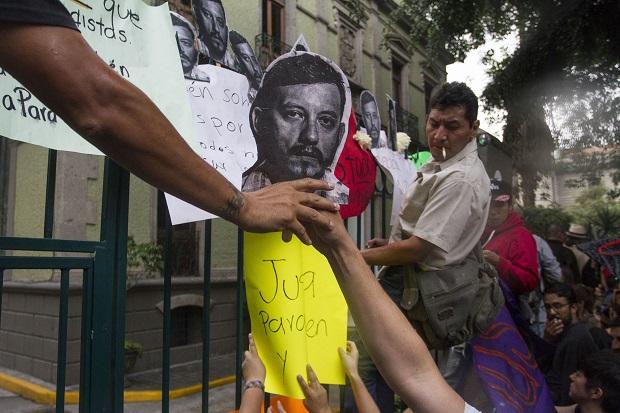 MÉXICO, D.F., 02AGOSTO2015.- Periodistas y organizaciones sociales se manifestaron en el Ángel de la Independencia y en la casa representación del Gobierno de Veracruz, exigieron justicia por el asesinato del fotoperiodista Rubén Espinosa y otras cuatro mujeres, ocurrido la noche del viernes en la colonia Narvarte. Rubén Espinosa Becerril, colaborador en Xalapa de Cuartoscuro desde hacía tres años, se encontraba en el Distrito Federal pues había sido amenazado en múltiples ocasiones en el estado de Veracruz. FOTO: RUBÉN ESPINOSA /CUARTOSCURO.COM