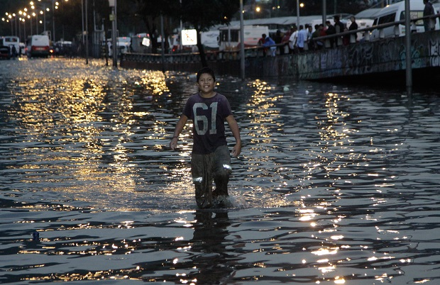MÉXICO, D.F., 01JULIO2015.- Miles de automovilistas y usuarios del metrobus quedaron varados debido a la inundacion de los bajo-puentes de la avenida Insurgentes Norte y el paradero de los Indios Verdes despues de la intensa lluvia que e registro la tarde de hoy en el norte de la ciudad. FOTO: SAUL LÓPEZ /CUARTOSCURO.COM