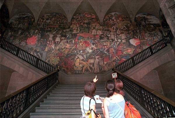 """MEXDF26AGOSTO2002.- En el interior de Palacio Nacional, turistas nacionales y extranjeros, disfrutan de los murales pintados por Diego Rivera. """" MŽxico, a traves de los tiempos"""" es el m‡s grande y el que m‡s llama la atenci—n de los visitantes. FOTO: Oswaldo Ram'rez/CUARTOSCURO.COM"""