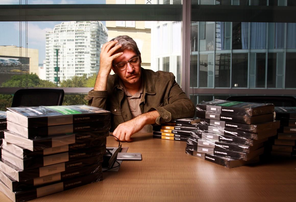 """El escritor mexicano Emiliano Monge, conversa sobre su reciente libro, """"Las Tierras Arrasadas"""", fotografiado para Newsweek en Español"""