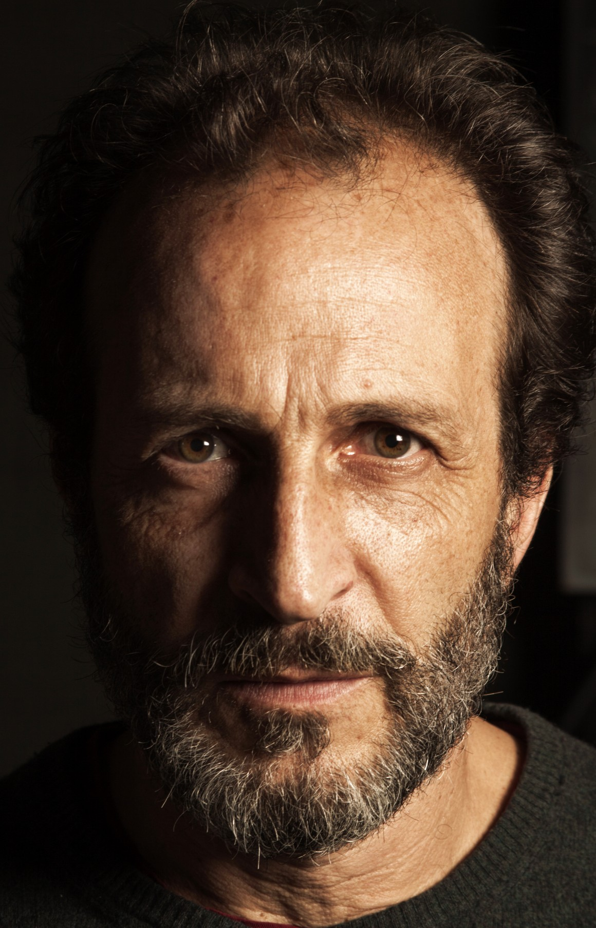 El actor Daniel Giménez Cacho, nos recibió en el teatro El Milagrito, después de casi una hora de charla, pude hacer un par de retratos que fueron portada para Nesweek en Español