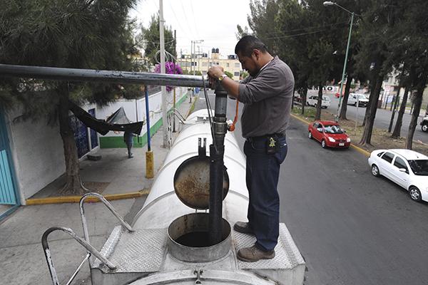 MÉXICO, D.F., 01NOVIEMBRE2012.- En la delegación Iztapalapa ya están laborando decenas de pipas de agua para repartir agua entre los habitantes que se verán afectados por el corte del suministro del vital líquido proveniente de la Sistema Cutzamala. FOTO: IVÁN MENDEZ /CUARTOSCURO.COM