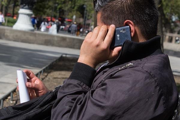 MEXICO, D.F., 03ENERO2014.- A partir de este año se eliminará por mandato constitucional el cobró en llamadas de larga distancia nacional en teléfonos fijos y móviles. En la imagen, un joven hace una llamada telefónica. FOTO: DAVID POLO /CUARTOSUCURO.COM