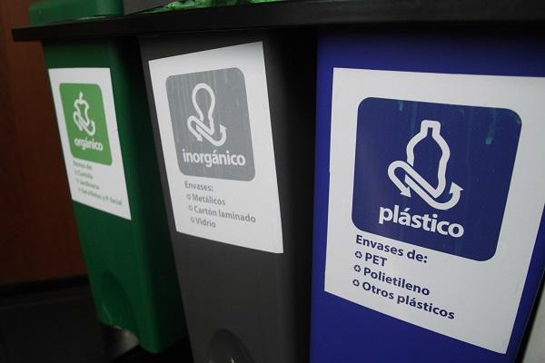 MÉXICO, D.F., 07NOVIEMBRE2013.- Contenedores especiales para el desecho de pilas y para separacación de basura han sido colocados en distintitas oficinas y escuelas para ayudar a separar basura y promover el reciclaje. FOTO: RODOLFO ANGULO /CUARTOSCURO.COM