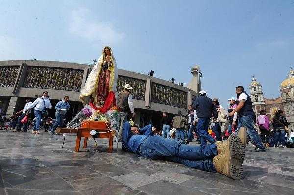 MÉXICO, D.F., 04DICIEMBRE2015.- El fervor guadalupano comienza a sentirse a unos días de unas de las máximas celebraciones del catolicismo mexicano que es la creencia a la Virgen de Guadalupe, en la cual cada año los fieles acuden a la Basílica de Guadalupe. FOTO: ARMANDO MONROY /CUARTOSCURO.COM