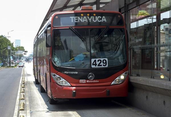 MÉXICO, D.F., 08JULIO2015.- Una unidad del metrobús choco contra una camioneta dejando como saldo una mujer lesionada en el eje de Guerrero y San Simon FOTO: ARMANDO MONROY /CUARTOSCURO.COM