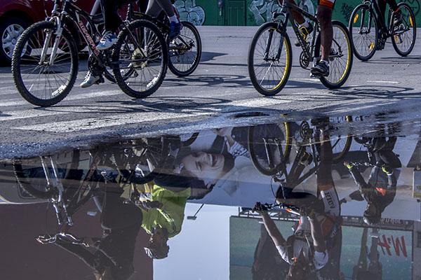MÉXICO, D.F., 17MAYO2015.- Cientos de personas acudieron al paseo dominical en bicicleta sobre Paseo de la Reforma. FOTO: ENRIQUE ORDÓÑEZ /CUARTOSCURO.COM