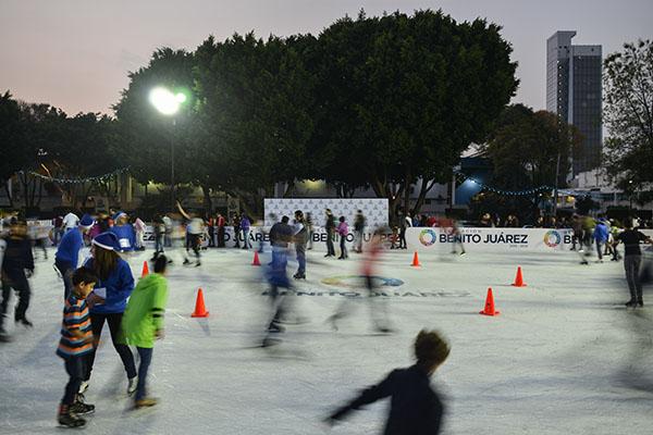 MÉXICO, D.F., 19DICIEMBRE2015.- Cientos de personas disfrutaron un momento para patinar en la inauguración de la pista de hielo de la delegación Benito Juárez. FOTO: ADOLFO VLADIMIR /CUARTOSCURO.COM