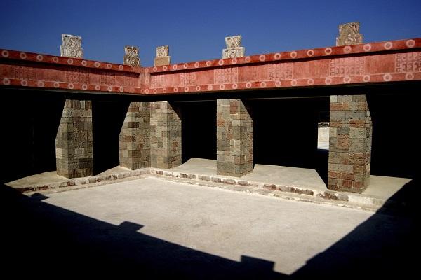 TEOTIHUACAN, ESTADO DE MÉXICO, 24AGOSTO2012.- Con la reapertura este viernes del complejo arquitectónico Quetzalpapálotl o Quetzal Mariposa comienza la conmemoración del 25 aniversario de la Zona Arqueológica de Teotihuacan como Patrimonio Mundial. Fue el 11 de diciembre de 1987 cuando esta urbe prehispánica, una de las más importantes de México, quedó inscrita en la prestigiada lista de la UNESCO. Con su reapertura se inaugura un nuevo modelo de visita, con senderos que facilitan el flujo de personas y, específicamente en el Patio de los Pilares, se instaló un mirador en su lado oriente que permitirá apreciarlo sin afectar los pórticos que lo rodean. FOTO: CORTESÍA INAH /CUARTOSCURO.COM
