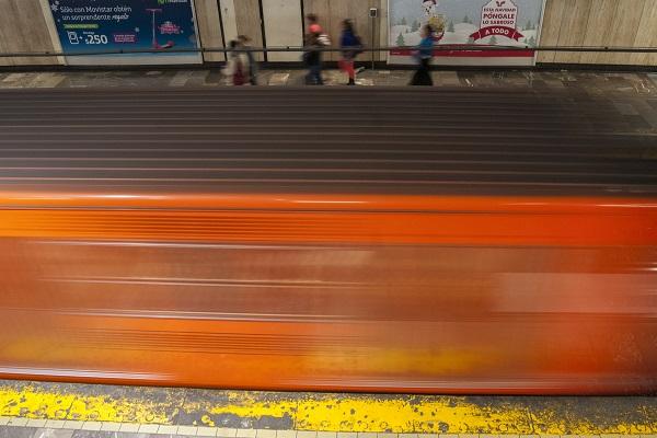 MÉXICO, D.F., 02ENERO2016.- Escenas cotidianas del metro en la línea 1, la cual se encuentra tranquila y con poca afluencia debido a las fechas de vacaciones por el inicio de año. FOTO: DIEGO SIMÓN SÁNCHEZ /CUARTOSCURO.COM