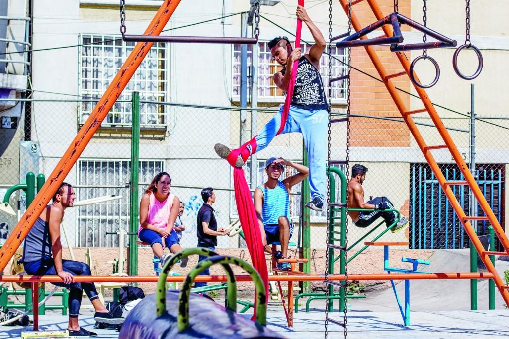 MÉXICO, D.F., 05FEBRERO2015.- Jovenes acuden al parque ubicado a un costado de la Glorieta de Insurgentes para ejercitarse. FOTO: ENRIQUE ORDÓÑEZ /CUARTOSCURO.COM