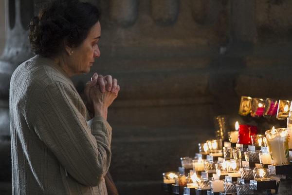 MÉXICO, D.F., 24ENERO2015.- Una mujer ora en la Catedral Metropolitana. Miles de católicos ya esperán la llegada del Papa Francisco que visitará México en el mes de febrero. FOTO: MOISÉS PABLO /CUARTOSCURO.COM