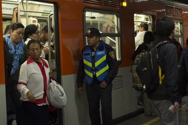 """MÉXICO, D.F., 16AGOSTO2015.- Elementos de la Secretaria de Seguridad Pública del Distrito Federal realizaron un operativo especial para evitar la entrada a vendedores dentro de las instalaciones del metro, principalmente a los denominados """"Bocineros"""". FOTO: ENRIQUE ORDÓÑEZ /CUARTOSCURO.COM"""