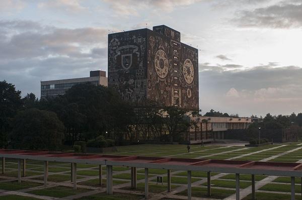MÉXICO, D.F., 14OCTUBRE2014.- Vista de la Biblioteca Central de la UNAM, esta mañana que las facultades de Filosofía y Letras, Ciencias Políticas, así como la Escuela de Trabajo Social, realizaron un paro de 48 horas en apoyo a los jóvenes estudiantes de Ayotzinapa, los cuales desaparecieron en días pasados en el municipio de Iguala. FOTO: ISAAC ESQUIVEL /CUARTOSCURO.COM