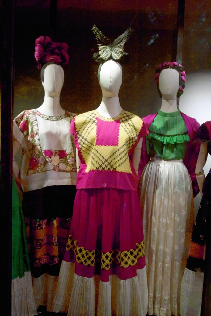 MÉXICO, D.F., 21NOVIEMBRE2012.- El Museo Frida Khalo y Vogue México presentan la exposición Las apariencias engañan: los vestidos de Frida Khalo, un recorrido por el vestuario y los objetos personales de la artista, que explorará la construcción de la identidad de este ícono y su influencia en la moda contemporánea. Frida Kahlo lo dejó escrito en uno de los dibujos que permaneció inédito durante casi medio siglo hasta hace algunos años y que ahora identifica la exhibición: Las apariencias engañan. En este pieza, la artista retartó su cuerpo desnudo con la columna rota y una pierna cubierta de mariposas, bajo un elegante vestido. Y es que los baúles, armarios, cómodas y baños que actualmente forman parte del Museo Frida Kahlo, sirvieron hasta 2004 como la caja fuerte que resguardó el archivo de Frida Kahlo y el muralista Diego Rivera. En este tesoro, además de documentos, publicaciones, fotografías y obra plástica,e xiste un acervo de más de 300 prendas que Frida Kahlo utilizó de manera cotidiana. La exposición esta distribuida en cinco salas; Introducción y orígenes del estilo de Frida Kahlo, El desarrollo de su estilo distintivo, Geometría, fragmentación y composición, El corsé-adornado (como arte) y como vanguardia y Flores, encajes, algodón y el color blanco.  FOTO: MOISÉS PABLO /CUARTOSCURO.COM