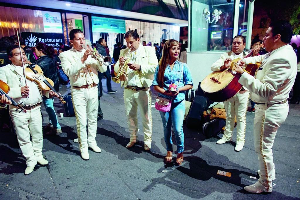 MÉXICO, D.F., 21NOVIEMBRE2015.- Miles de personas se dieron cita en la Plaza de Garibaldi, para acompañar a los músicos al rendirle las mañanitas a la virgen de Santa Cecilia, conmemorando el día del músico. Solistas, duetos, trios rancheros, bandas norteñas, conjuntos de son jarocho y el tradicional mariachi, justo a las 00:00, en conjunto iniciaron las mañanitas junto con un popurri de canciones tradicionales mexicanas. Para después dar paso a que cada conjunto se ganara por su cuenta la jornada noctura con el gusto de cada público. FOTO: ADOLFO VLADIMIR /CUARTOSCURO.COM