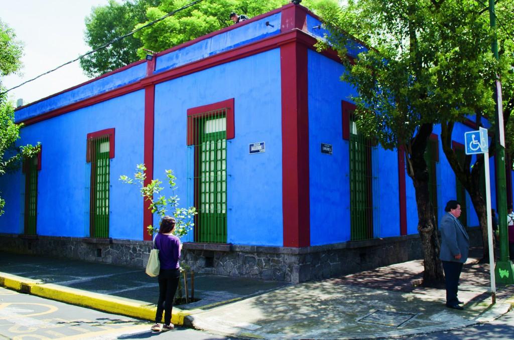 """MÉXICO, D.F., 08JULIO2014.- A 60 años de su muerte y a 107 años de su nacimientos, la pintora Kahlo y su residencia """"La Casa Hoy"""", hoy uno de los museos más populares de la Ciudad de México, continúa generando interés. Mensualmente el museo recibe un aproximado de 20 mil visitantes y es uno de los destinos obligados de la capital para extranjeros y locales. Objetos, documentos, fotografías,, pertenecncias más íntimas como sus vestidos y corsettes ortopédicos, cosméticos y joyería, son pequeñas pistas dentro de lo que fue el hogar de una de las mayores exponentes de la pintura en México. Situada en la esquina de las calles Lóndres y Aldama, la Casa Azul es un destino obligado en el marco del 107 aniversario del nacimiento de la pintora y esposa del reconocido muralista Diego Rivera.  FOTO: MARÍA JOSÉ MARTÍNEZ /CUARTOSCURO.COM"""
