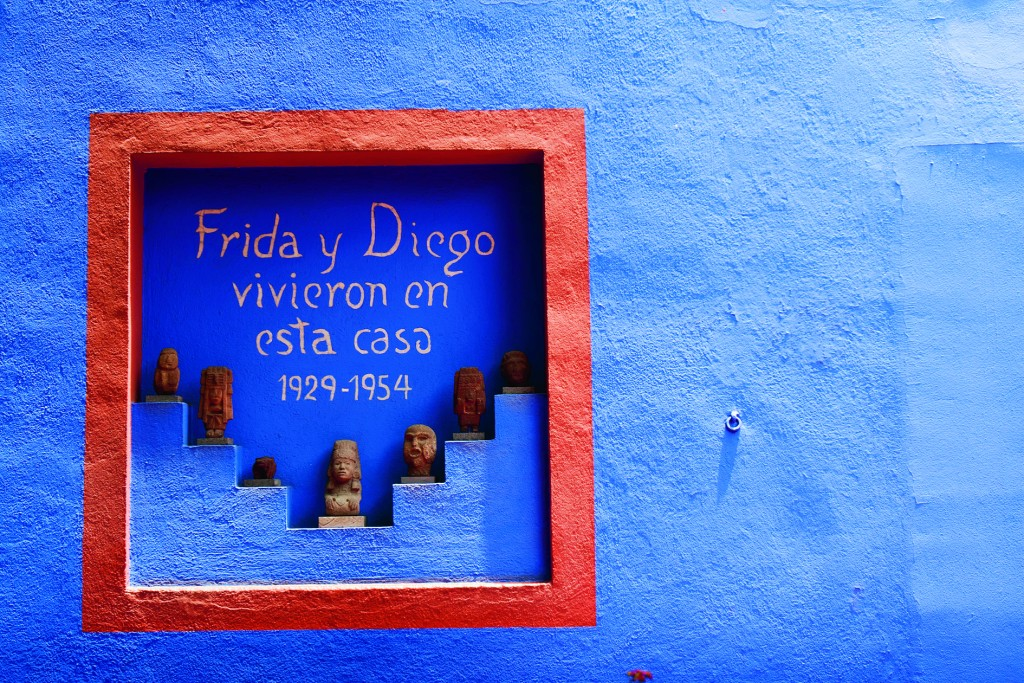 """MÉXICO, D.F, 17MAYO2013.- El Consejo Internacional de Museos (ICOM) creó el Día Internacional de los Museos en 1977 con el fin de sensibilizar al gran público con respecto al rol de los museos en el desarrollo de la sociedad.  Ese día, los museos participantes ponen de relieve una problemática que concierne al conjunto de las instituciones culturales. El Museo Frida Kahlo llevará a cabo la celebración de este día con diversas actividades. Este museo,  también conocido como La Casa Azul, perteneció a la familia Kahlo desde 1904 y en 1958 se convirtió en museo. En esta casa nació, vivió y murió Frida Kahlo, se pueden visitar sus habitaciones que contienen muchos de sus objetos personales, su cama, sus espejos, sus vestidos y sus libros. En la Casa Azul también vivió Diego Rivera durante su matrimonio con Frida Kahlo y después de su divorcio permaneció viviendo ahí pero en habitaciones separadas. Por lo tanto también se encuentra en la casa parte de la colección de arte prehispánico de Diego Rivera, aunque la mayor parte se encuentra en el Museo Diego Rivera-Anahuacalli. La """"Casa Azul"""" se encuentra en el centro de Coyoacán, en la calle de Londres 247, en la Ciudad de México. FOTO: JUAN PABLO ZAMORA /CUARTOSCURO.COM"""