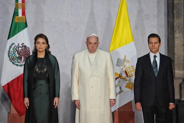CIUDAD DE MÉXICO, 13FEBRERO2016.- El Papa Francisco y el presidente Enrique Peña Nieto, acompañado de su esposa Angélica Rivera, durante la recepción oficial en Palacio Nacional. FOTO: ISAAC ESQUIVEL /CUARTOSCURO.COM