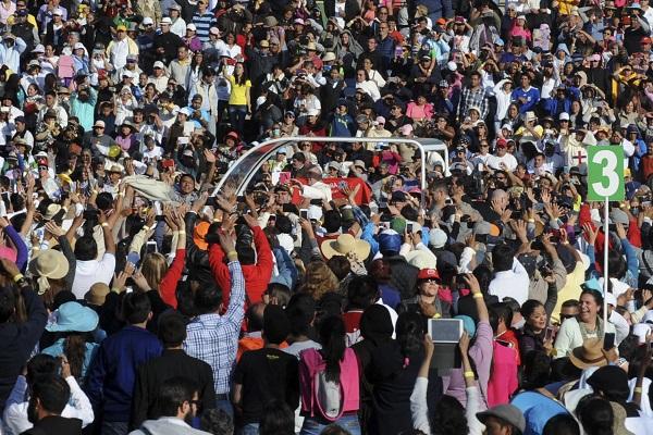 CIUDAD DE MÉXICO, 13FEBRERO2016.- El Papa Francisco saludo a los asistentes en la Basilica de Guadalupe en donde el Jefe de Estado del Vaticano encabezó una misa al pie del cuadro de la Virgen de Guadalupe. FOTO: LUIS CARBAYO /CUARTOSCURO.COM