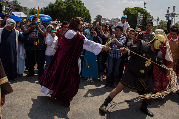 MEXICO, D.F., 03ABRIL2015.- Alrededor de 900 mil personas se dieron cita en las calles de Iztapalapa para celebrar la 172 Representación del Viacrucis de Semana Santa. Bajo un sol abrasador, las personas acompañaron a Daniel Agonizantes, quien este año interpreto el papel de Jesús, hasta el Cerro de la Estrella, donde fue crucificado como parte de la representación. El evento transcurrió con saldo blanco, pese a que un actor sufrió una caída de su caballo y fur trasladado a un hospital en ambulancia. FOTO: DAVID POLO /CUARTOSCURO.COM