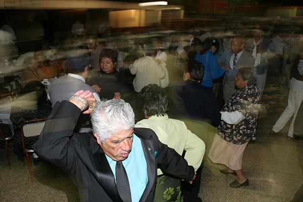 MÉXICO, DF 16NOVIEMBRE2005.- Adultos en plenitud disfrutaron de un festejo especial organizado por varias organizaciones comida. baile, recuerdos y algunas cervezas fueron el aderezo especial para que disfrutaran a ritmo de danzon del tradicional California Dancing Club. FOTO: Miguel Dimayuga/CUARTOSCURO.COM