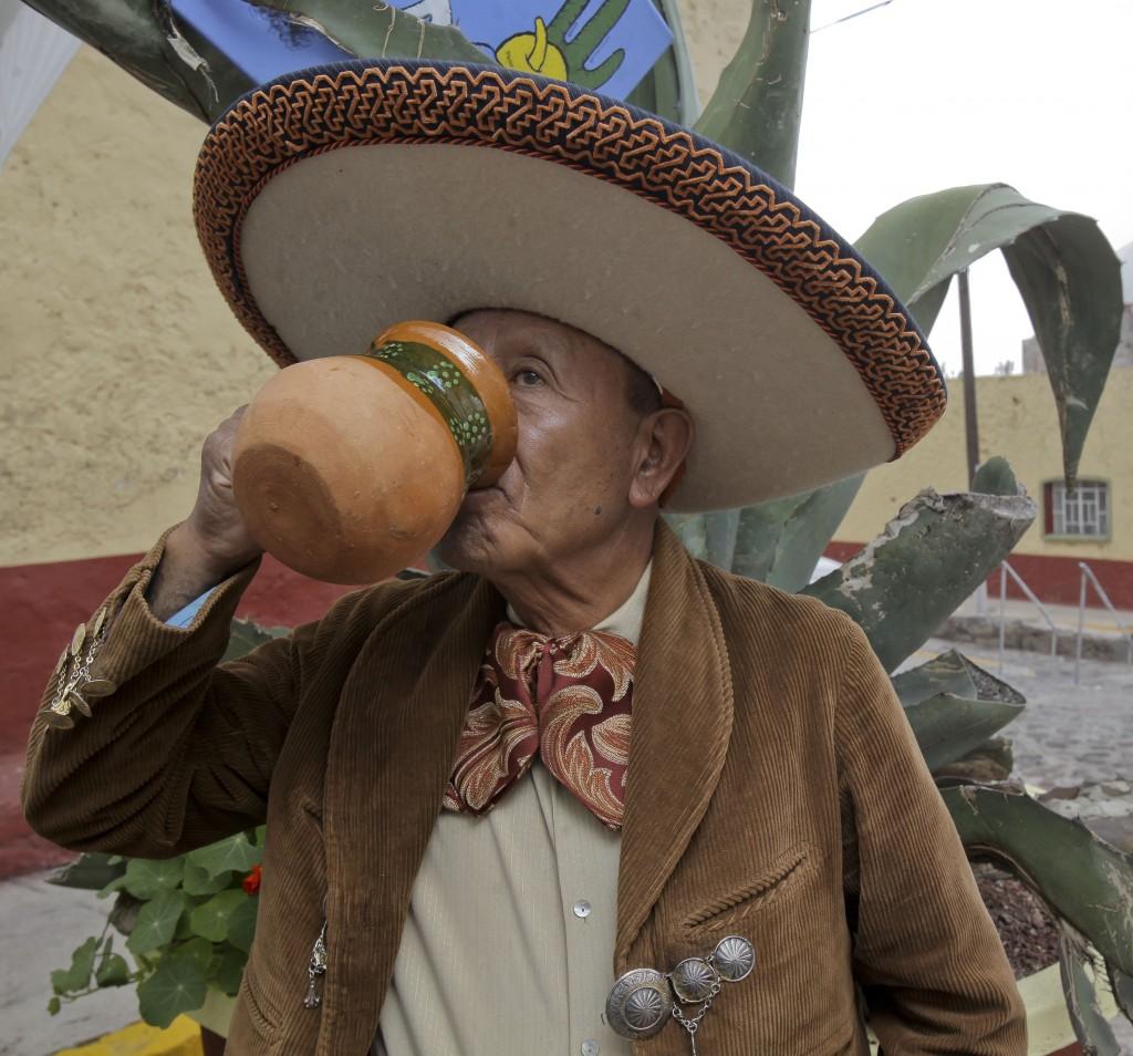 """TEPEAPULCO, HIDALGO 16NOVIEMBRE2014.- Se llevó a cabo el Quinto Congreso Nacional del Maguey y el Pulque, que año con año se realiza en la zona conocida como la """"altiplanicie pulquera"""" (conformada por municipios de Tlaxcala, Estado de México e Hidalgo). Cada año se escoge un municipio, donde se llevaron a cabo conferencias, foros e intercambios de conocimientos en torno a esta planta ancestral. También se realizan degustaciones y presentaciones musicales de la región. FOTO: JUAN PABLO ZAMORA /CUARTOSCURO.COM"""