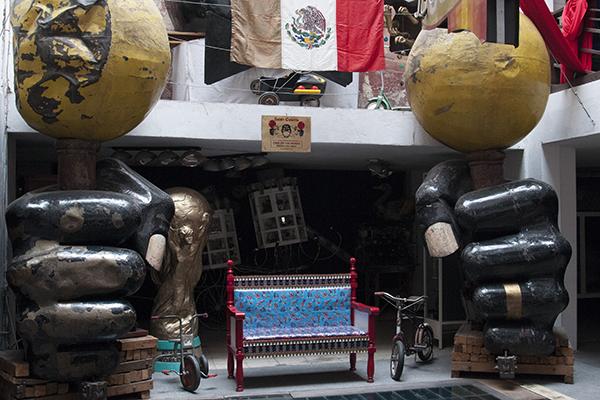 """MÉXICO, D.F., 03ENERO2015.- Como una forma distinta de abordar la historia y la cultura popular mexicana, el Museo del Juguete Antiguo de México, ubicado en la colonia Doctores, alberga una colección de más de 20 mil piezas en exhibición y más de un millón en su bodega. El acervo pertenece a Roberto Shimizu, un mexicano de ascendencia japonesa que empezó a coleccionar cualquier juguete que llegara a sus manos desde los 10 años. Uno de los servicios del museo es la venta de algunos juguetes por lo que es una buena opción para regalar a los niños este 6 de enero y así mantener una tradición que ha sido desplazada por juguetes tecnológicos conocidos como """"gadgets"""". FOTO: DIEGO SIMÓN SÁNCHEZ /CUARTOSCURO.COM"""