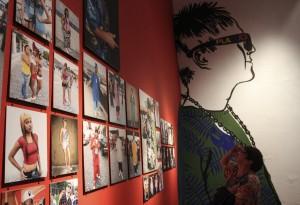 """CIUDAD DE MÉXICO, 17MAYO2016.- La fotógrafa y diseñadora de modas británica Amanda Witkins dio conferencia ante medios de comunicación para presentar la exposición """"Cholombianos"""", que se inaugurará este jueves 19 de mayo en el Museo de la Ciudad de México. La muestra está integrada por fotografías, indumentaria, y objetos alusivos a la cultura de los cholombianos en Monterrey, Nuevo León.  FOTO: MARÍA JOSÉ MARTÍNEZ /CUARTOSCURO.COM"""