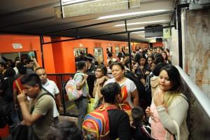 CIUDAD DE MÉXICO, 26ABRIL2016.- La Secretaría de Seguridad Pública capitalina, informó que a partir de hoy comienza un nuevo dispositivo de seguridad contra el acoso de las mujeres en algunas estaciones del metro y metrobus, más de mil nuevos elementos vigilarán las divisiones en donde son separados hombres y mujeres, serán identificados por usar chalecos verdes y rosas. FOTO: DIEGO SIMÓN SÁNCHEZ /CUARTOSCURO.COM