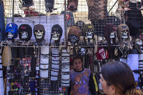 MÉXICO, D.F., 26DICIEMBRE2014.- Vista del Tiangui cultural del Chopo el cual se pone los sabados a un costado de la estación del Tren Buenavista y el cual se a caracterizado por ser un espacio cultural alternativo donde se pueden encontrar, musica, ropa y articulos diversos. FOTO: ENRIQUE ORDÓÑEZ /CUARTOSCURO.COM
