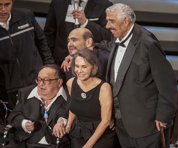 MEXICO, D.F., 28NOVIEMBRE2014.- Falleció el comediante mexicano Roberto Gómez Bolaños, también conocido como Chespirito a la edad de 85 años en la Cancún, Quintana Roo. En imágen de archivo, Chespirito rodeado por los actores Ruben Aguirre, Edgar Vivar y su esposa Florinda Meza al finalizar el homenaje que la empresa Televisa le rindió la tarde del 29 de febrero de 2012 en el Auditorio Nacional. FOTO: ARCHIVO /SARA ORTÍZ /CUARTOSCURO.COM