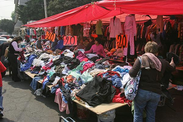 Personas compran ropa usada de las denominadas