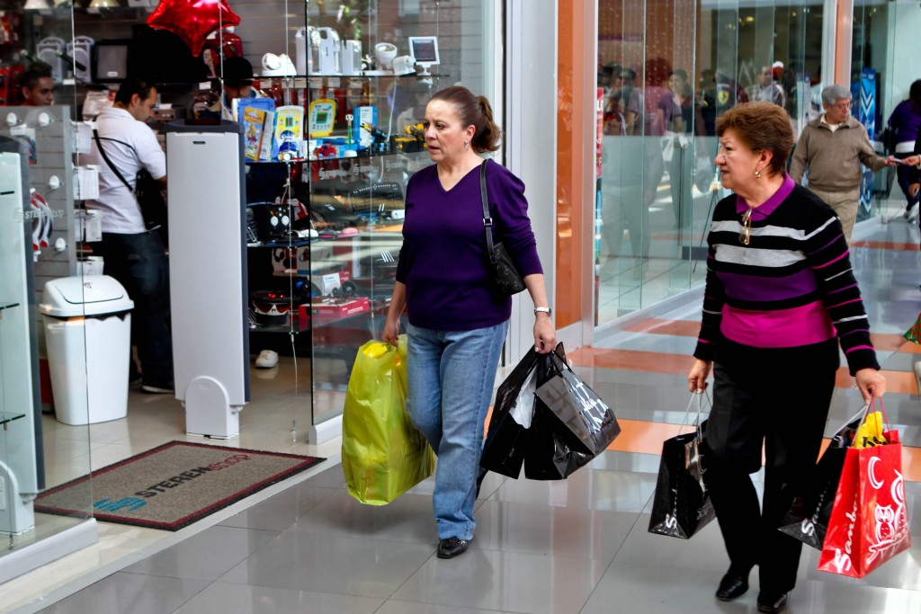 """G12121049.JPG MÉXICO, D.F., Aguinaldo-Compras.- Entre deudas y regalos se perderá el aguinaldo en la época navideña, confiesan ciudadanos que en centros comerciales se pierden en el anhelo que la """"cuesta no cueste"""" tanto y que el salario esta vez sí se pueda estirar. RDB. Foto: Agencia EL UNIVERSAL/ Roberto Armocida."""