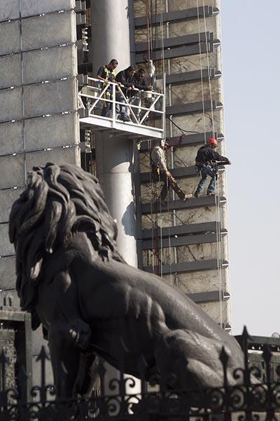 MÉXICO, D.F., 07ENERO2012.- La SEP anunció la inauguración de la Estela de Luz adelantandose un día a lo que se tenía previsto, esto tras el anuncio de varias protestas que se realizarían el día de mañana en el marco de su apertura. Este monumento que sería inaugurado en el marco de los festejos del Bicentenario ha estado en vuelto en la polemica, ya que originalmente costaría 365 millones de pesos, pero tras un retraso de más de un año en su edificación al fina costo poco más de 1000 millones de pesos. FOTO: MOISÉS PABLO/CUARTOSCURO.COM