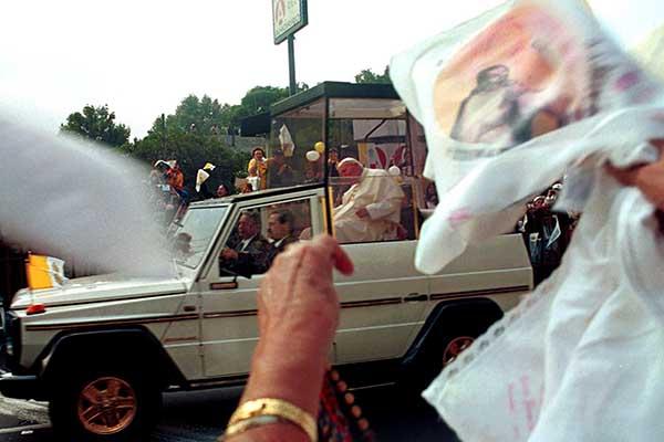 MEXDF31JUL2002.- En este segundo d'a de visita, el Papa Juan Pablo II dej— la Nunciatura Apost—lica a las 8:54 horas, para comenzar el recorrido por las abarrotadas calles de Insurgentes y dirigirse a la Basilica. FOTO: Eunice Adorno/CUARTOSCURO.COM