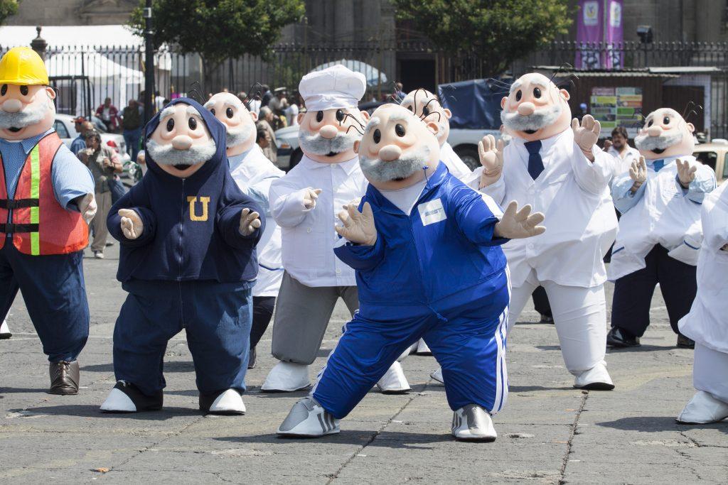 MÉXICO, D.F., 12JUNIO2013.- Una decena de botargas del Doctor Simi grabaron un comercial en la explanada del Zócalo capitalino. FOTO: RODOLFO ANGULO /CUARTOSCURO.COM