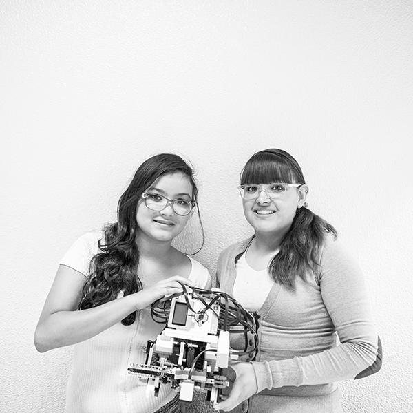 Las hermanas Michelle y Montserrat Rivera Villarroel representan a México en la Olimpiada Mundial de Robótica. Foto: Lulú Urdapilleta