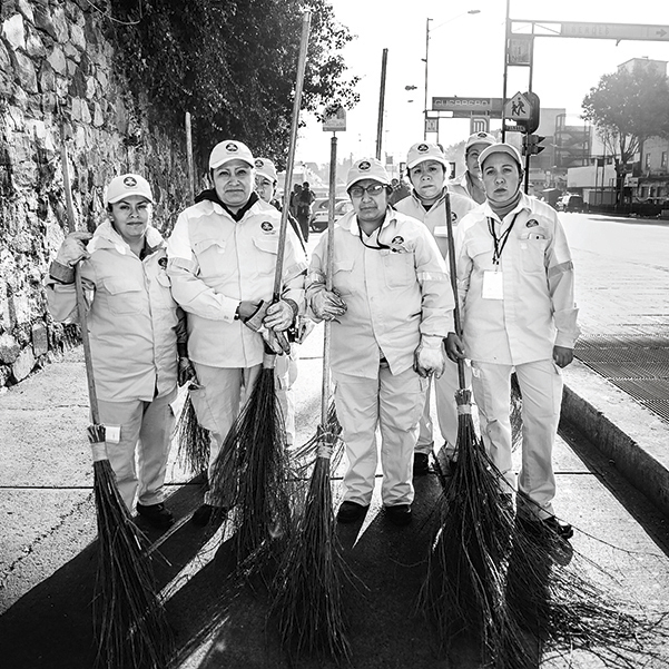 El grupo de limpieza Mujeres en acción se dedica a recorrer las calles del Centro de la CDMX para cambiarle el rostro a la capital. Foto Lulú Urdapilleta