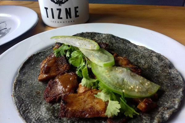 Tizne Tacomotora ofrece tacos ahumados en la colonia Del Valle.