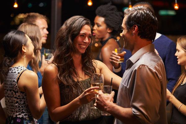 Tratas de comportarte bien cuando sales de fiesta y mostrar tu mejor cara.